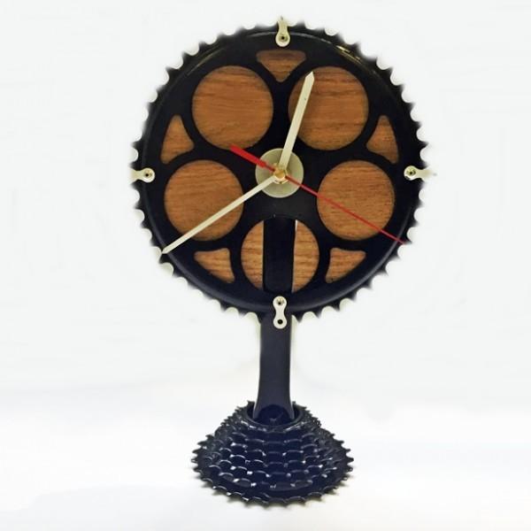 Álló óra kerékpáralkatrészekből